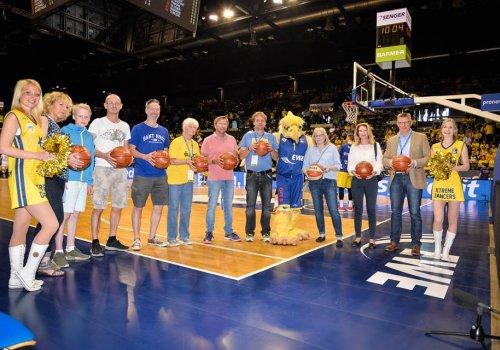MBO gewinnt 10 Basketbälle bei LzO-Gewinnspiel